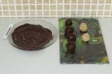 Шаг 9. Каждую конфетку облить шоколадом.