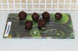 Шаг 10. Готовые конфеты убрать в холодильник до полного застывания шоколада.