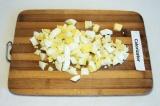 Шаг 2. Нарезать яйца кубиками.