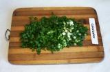 Шаг 4. Зелёный лук мелко нарезать.