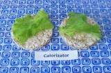 Шаг 6. На хлебцы выложить листья салата.