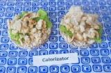 Шаг 7. На салат и хлебцы выложить готовое куриное филе. Перед подачей можно укра