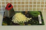 Шаг 3. Натереть сыр на мелкой терке.