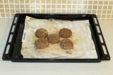 Шаг 7. Выложить котлетки на противень и выпекать в духовке при 180 градусах 15 м