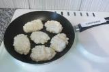 Шаг 4. Ложкой выложить творожную массу на раскаленную антипригарную сковородку.