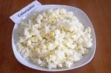 Шаг 5. Сварить рис в подсоленной воде, промыть и остудить. Смешать рис и 1/4 час