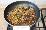 Шаг 6. Обжарить шампиньоны на растительном масле.
