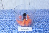 Шаг 2. Нарезать морковь и выложить в блендер.