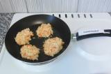 Шаг 6. Сформировать руками котлеты и выложить на антипригарную сковородку.