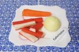 Шаг 1. Почистить морковь, лук и крабовые палочки.