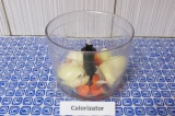 Шаг 2. Нарезать лук и морковь, выложить в блендер. Прокрутить.