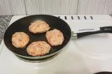 Шаг 6. Сформировать котлеты и выложить на антипригарную сковородку. Жарить