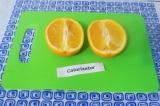 Шаг 1. Апельсин разрезать на две половинки и выложить его на противень.