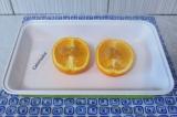 Шаг 2. На каждую половинку апельсина выложить по 5 грамм меда. Можно размазать