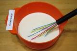 Шаг 1. С помощью венчика взбить 3 яйца, влить молоко, всыпать соль и сахар, разм