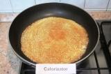 Шаг 3. Разогреть сковороду, слегка смазать ее растительным маслом и испечь тонки