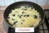 Шаг 4. Очистить и мелко нарезать лук. Разогреть растительное масло и обжарить
