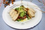 Готовое блюдо: зеленый салат с курицей и сыром