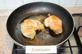 Шаг 4. Посолить и поперчить куриное филе, посыпать специями для курицы. На масле