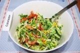 Шаг 8. Добавить сметану, соль и хорошо перемешать салат.