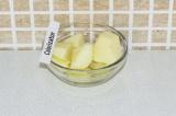 Шаг 2. Очистить и порезать на кусочки яблоко.