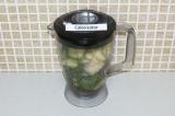 Шаг 3. Все ингредиенты положить в блендер, налить воды и взбить.