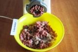 Шаг 4. Пропустить через мясорубку мясо с луком.