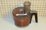 Шаг 6. Добавить орехи и какао-порошок (1 ст.л.) к массе из фиников и моркови