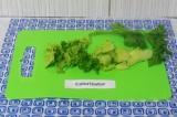 Шаг 3. Нарезать зелень, как угодно, добавить ее в блендер. Оставить зелень