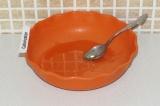 Шаг 1. Растопить мед на водяной бане.