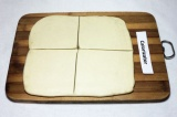 Шаг 1. Тесто раскатать толщиной 0,5 см. 2/3 теста разрезать на 8 квадратов.