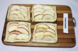 Шаг 5. Выложить дольки яблок на квадраты.