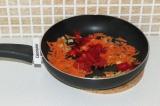 Шаг 9. Добавить перец к смеси и поставить тушиться до мягкости.