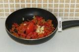 Шаг 11. Добавить помидор и чеснок и поставить еще на пару минут тушиться на огон