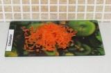 Шаг 2. Натереть на крупной терке морковку.