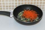 Шаг 7. Добавить к луку морковь и поставить тушиться еще на пару минут.