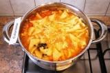 Шаг 11. Посолить суп за 5-10 минут до окончания варки, добавить специи и чеснок.