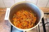 Шаг 4. Добавить к мясу овощи, обжаривать 10-15 минут на среднем огне.