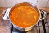 Шаг 6. Залить овощи и мясо горячей водой (2 л), довести до кипения.