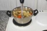 Шаг 9. Погружным блендером сделать пюре из овощей. Если суп получается густым