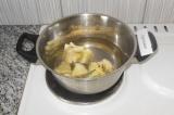 Шаг 1. Налить воду в кастрюлю, включить плиту. Выложить цветную капусту.