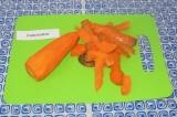 Шаг 4. Очистить морковь от кожицы, промыть под проточной водой.