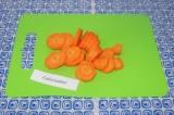 Шаг 5. Нарезать морковь (чтобы она быстрее сварилась), выложить в кастрюлю.