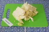 Шаг 6. Нашинковать капусту произвольно и выложить в кастрюлю.