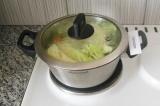 Шаг 7. Закрыть крышкой кастрюлю и варить до готовности овощей, сначала на сильно