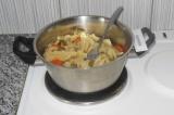 Шаг 8. Готовые овощи посолить по вкусу, перемешать. Слить немного воды.
