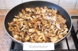 Шаг 3. Слегка обжарить шампиньоны на сухой сковороде.