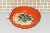 Шаг 4. Смешать сыр, яйцо, зелень, кунжут и специи.