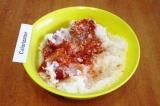 Шаг 5. Добавить в фарш рис и 1 ст.л. томатной пасты.