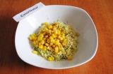 Шаг 4. Добавить консервированную кукурузу, перец и соль.